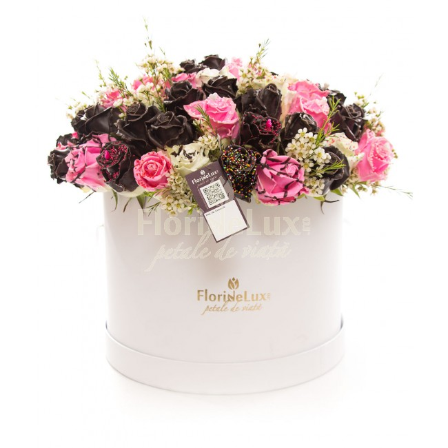 cutie cu trandafiri de ciocolata