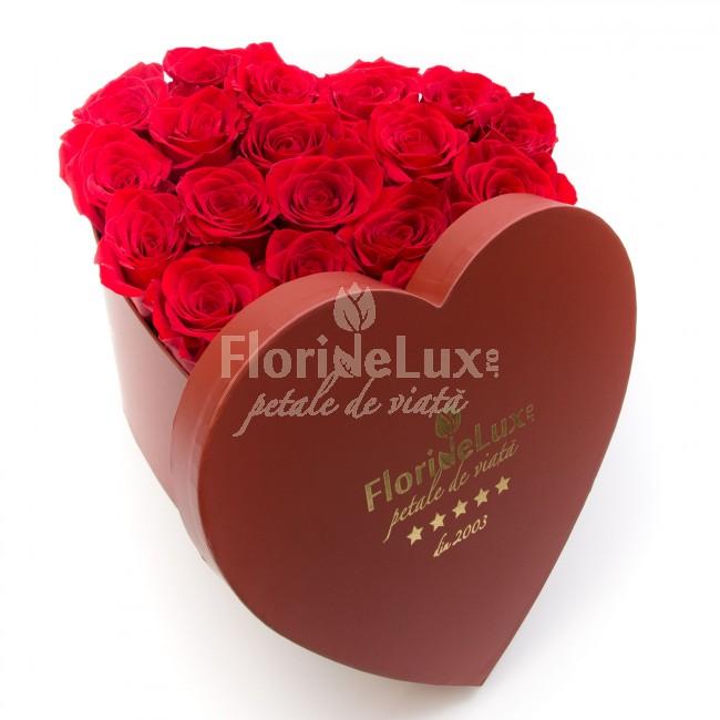 cutie inima luxurianta cu trandafiri rosii