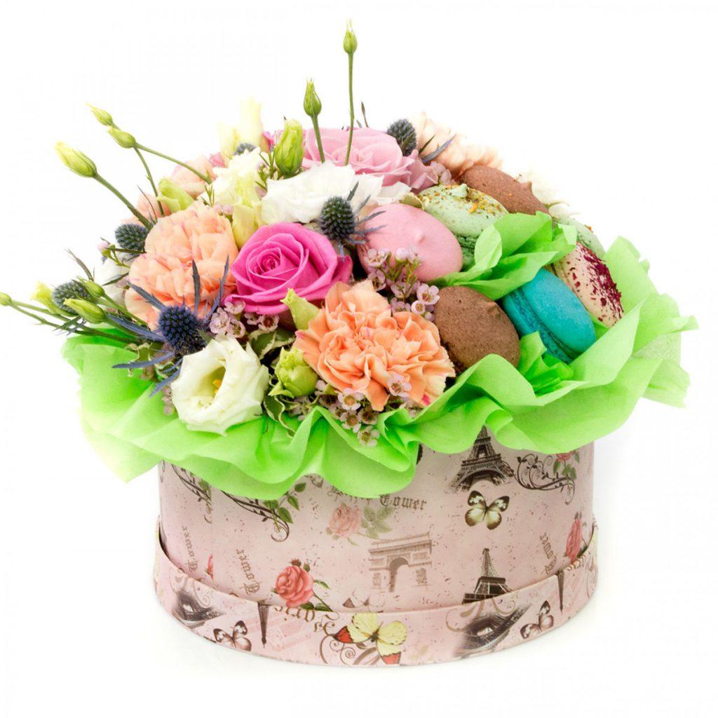 Mesaje de ziua îndrăgostiților, Cutie cu flori și macaroons, doar 309,99 RON!