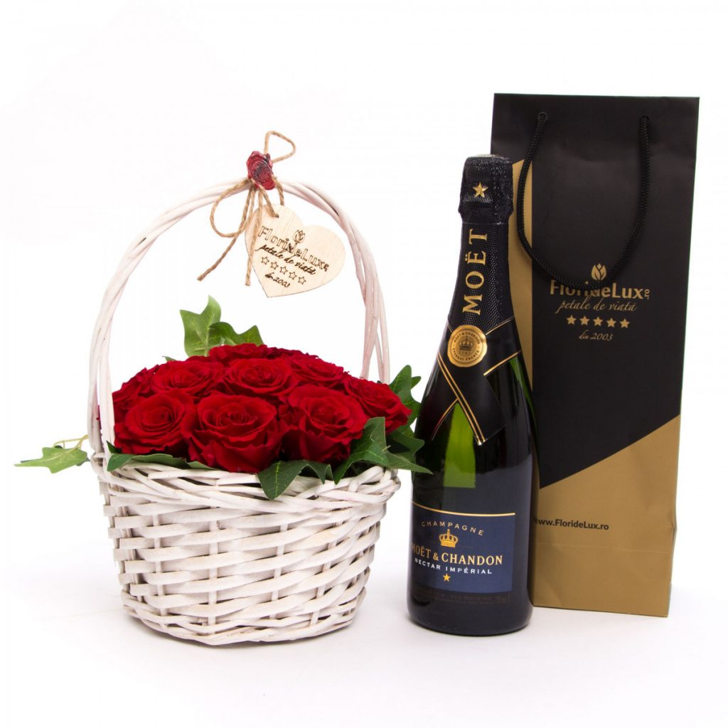 Ghiduri de cadouri de Ziua Îndrăgostiților după personalitate - FlorideLux, Coș cu trandafiri criogenați și șampanie, doar 1129,99 RON!